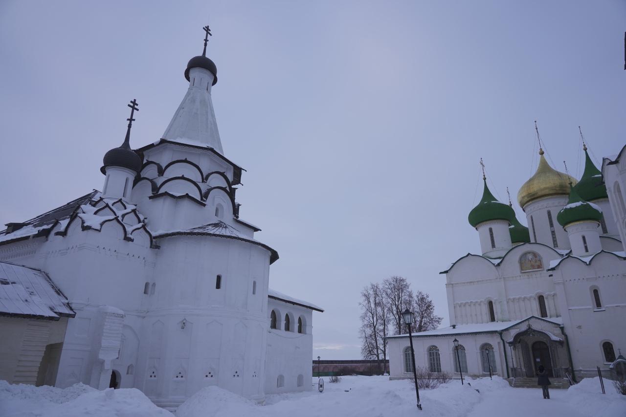 entre les murs du monastere suzdal