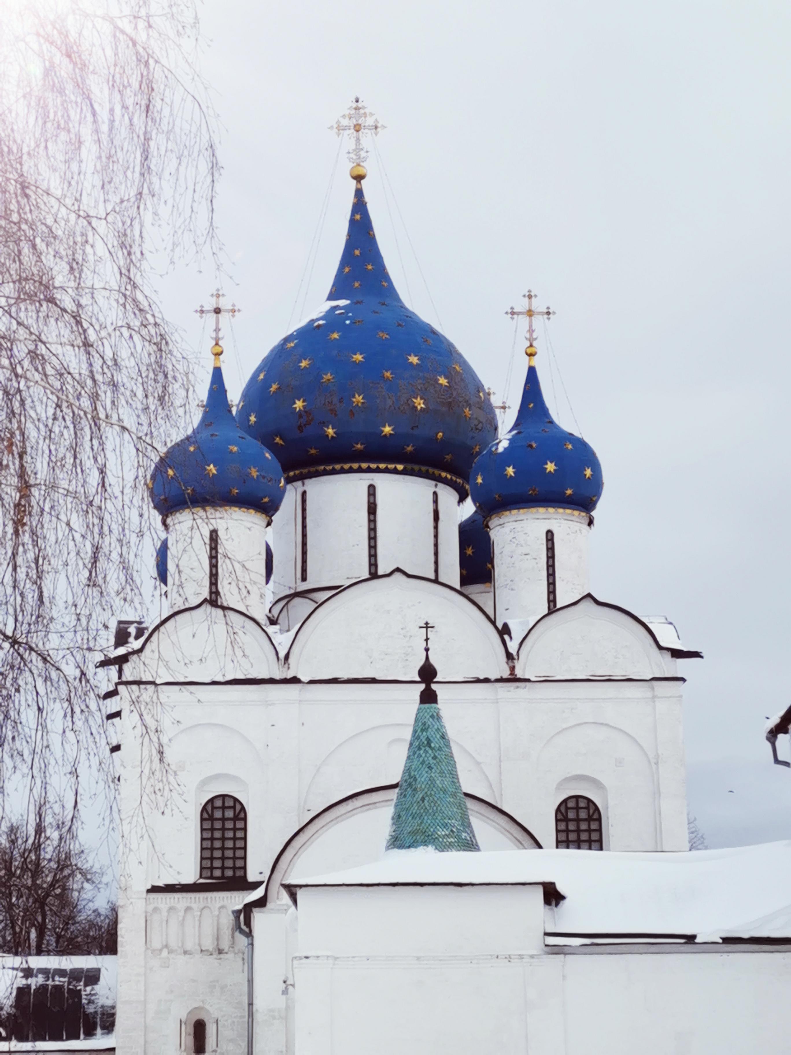 kremlin blanc et ciel étoilé suzdal